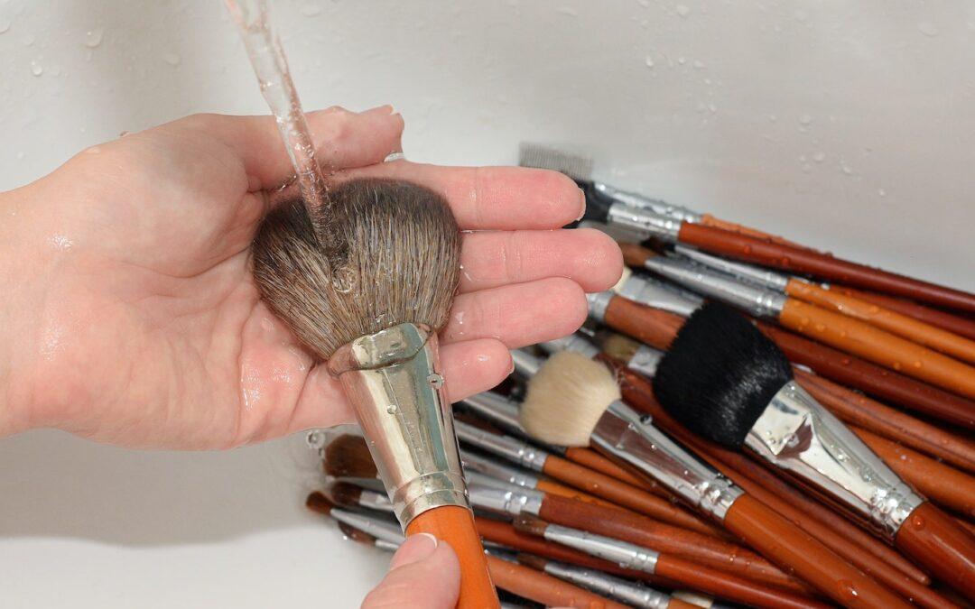 Πώς να καθαρίσετε σωστά τα πινέλα του μακιγιάζ